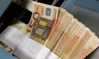 Fifty-euro notes are seen at the Belgian Central Bank in Brussels December 8, 2011. European Union leaders will discuss proposals for tighter euro zone integration on December 8-9, with the aim of bringing deficits and debt much more strictly into check, a move that may give the European Central Bank room to step up purchases of sovereign bonds and reassure financial markets. REUTERS/Yves Herman (BELGIUM  - Tags: BUSINESS)